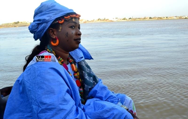 Photo| Sargal Ndar: Une signare observe la course des pirogues.
