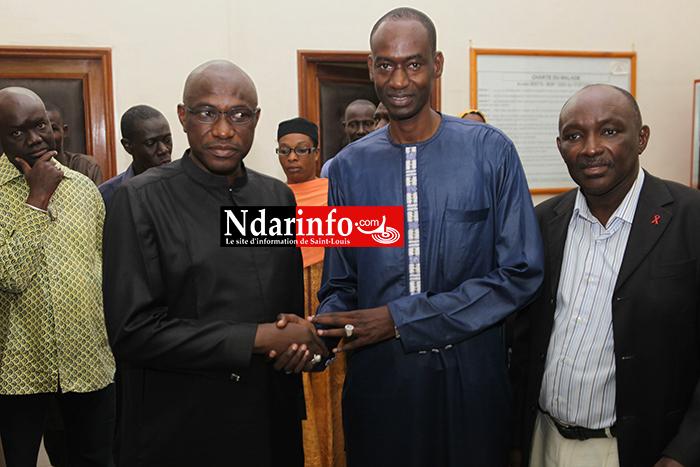 Poignée de main entre le leader du mouvement syndical Abdoul Ndongo et le directeur de l'hopital