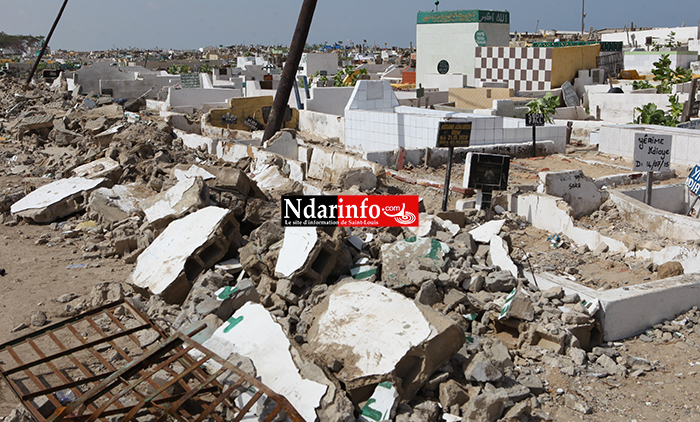 THIEME ET THIAKA NDIAYE : le mur de clôture s'affaisse sur des tombes. Regardez !
