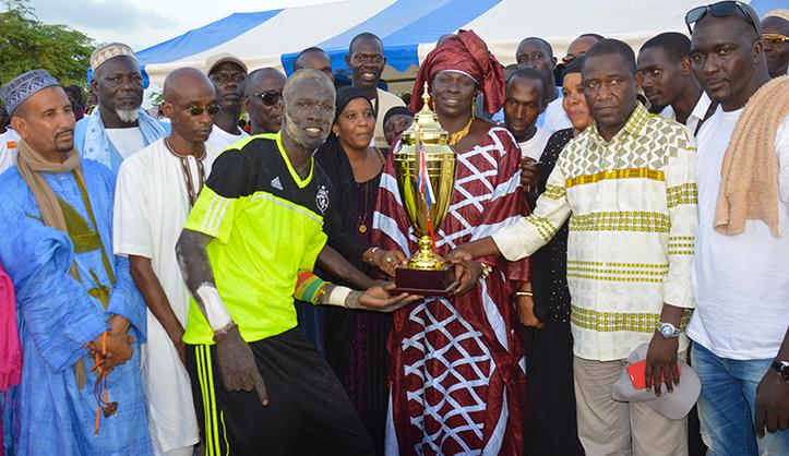 Massar GAYE et Fama NIASSE remettent le trophée au capitaine de Taré Nianguéne