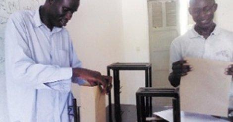 Un sénégalais crée une machine de fabrication de sachets et de sacs en papier.