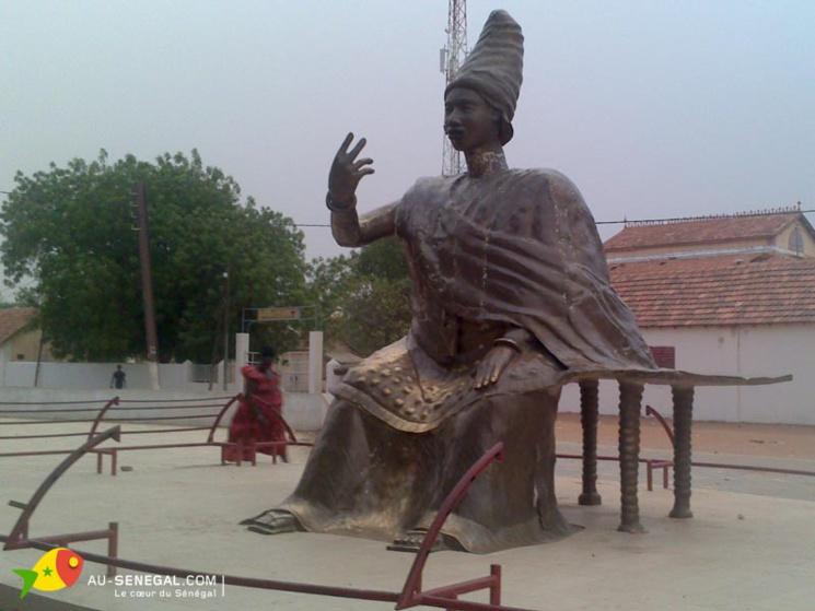 Quand la Reine Ndatté Yalla payait ses bracelets en or sur les droits dus par le Français du Comptoir de son ile NDAR ( Saint-Louis)