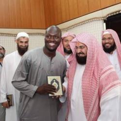 Arrêt sur image: Le beau cadeau de l'Imam des Deux Saintes Mosquées à Moussa Sow