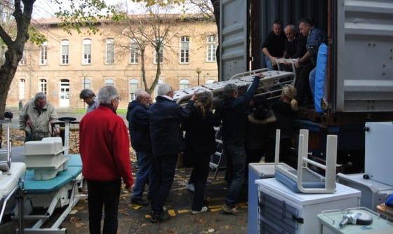 Le chargement du container s'est déroulé le 26 novembre dernier grâce à la participation active et musclée de personnel de l'Institut, d'organisateurs du rallye et de sponsors de l'équipage. © RTSL