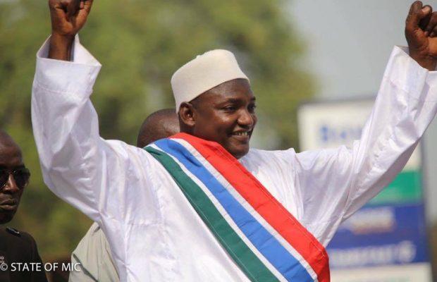 Adama Barrow investi président de la Gambie