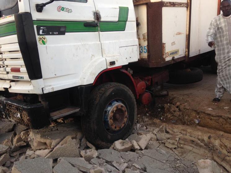 INCIVISME : Une partie du mur des cimetières de Guet-Ndar, écrasée par un camion frigorifique (photos)