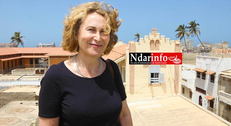 Nathalie Longueville BEDRUNE devant la maison Japalanté et l'école élémentaire Abdou DIOUF. Crédit photo : Ndarinfo.com