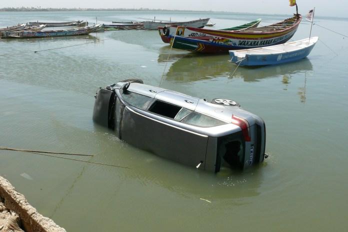 Saint-Louis : Un 4X4 prend son bain dans le fleuve.