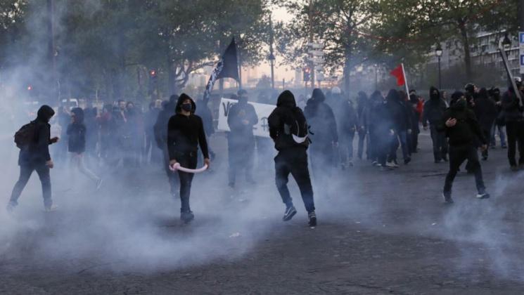 """Présidentielle: deux blessés lors d'une manifestation """"antifascistes"""" à Paris"""