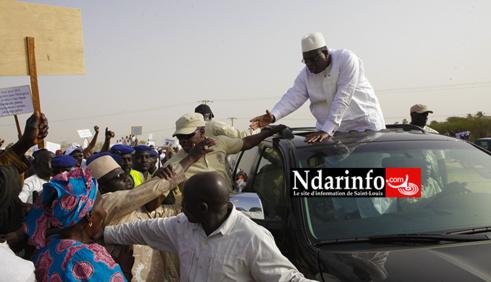 Ibrahima DIAO saluant le président Macky SALL à l'inauguration du chateau d'eau de Leybar