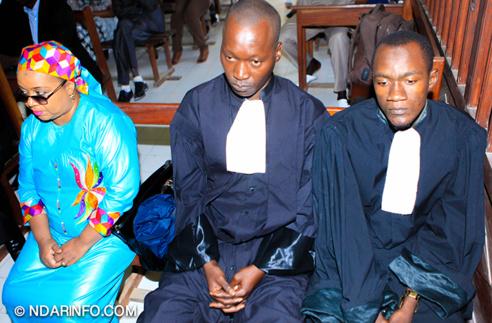 Baba NDIAYE et Niama DIOP à coté de l'huissier de Justice Me Fatima FALL
