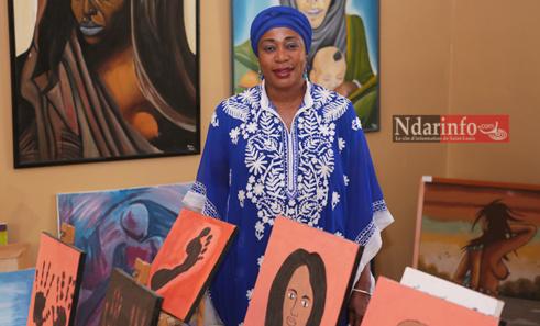Mme PERIER Rama Ndiaye dans la salle d'exposition du centre