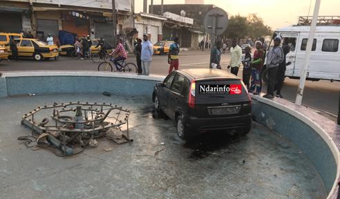 INCROYABLE : Un véhicule atterrit dans le jet d'eau du Pont Faidherbe (vidéo)