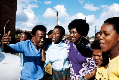 Winnie en 1986 alors épouse de Nelson, pendant une réunion à Kasigo