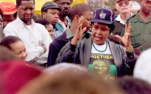 Winnie d'adresse à une foule au congrès de l'ANC en 1999