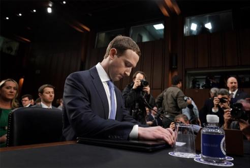 Tout en faisant son mea culpa, le PDG de Facebook a répondu à la plupart des questions des sénateurs, pendant de longues heures.