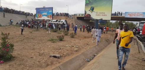 Un bus Tata chute d'un échangeur, plusieurs blessés (provisoire)