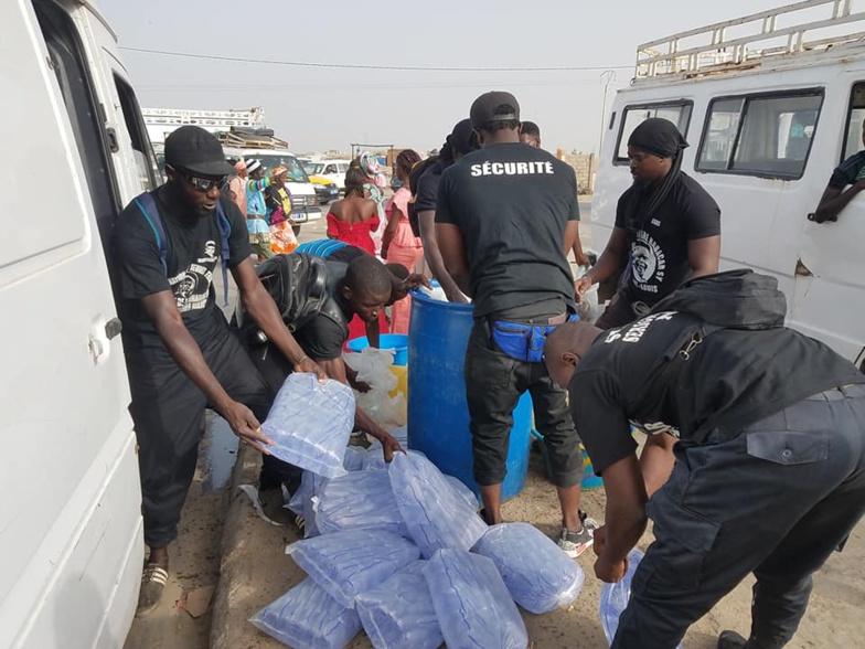 Saint-Louis : des talibés tidianes offrent des sachets d'eau fraîche aux pèlerins du Magal de Touba