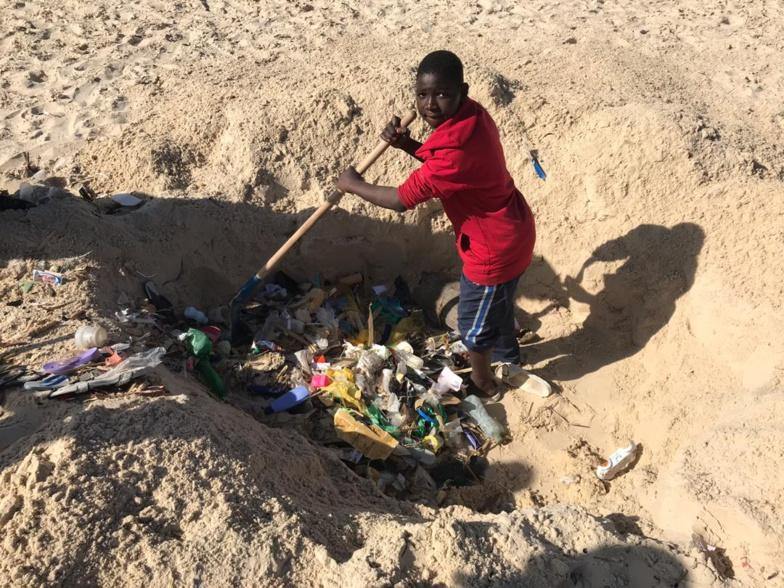 Nettoyage des cimetières de GUET-NDAR : Une jeunesse consciente a relevé le défi (photos)