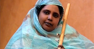 La chanteuse mauritanienne Dimi Mint Abba a succombé samedi des suites d'une hémorragie cérébrale survenue il y a deux semaines lors d'une tournée au Maroc, a-t-on appris auprès de sa famille.