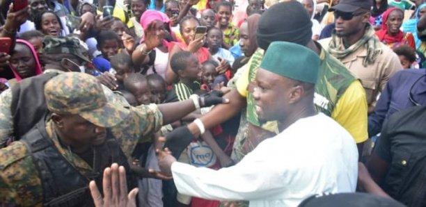 Boki Diawé : Un homme jette des pierres sur le convoi de Sonko