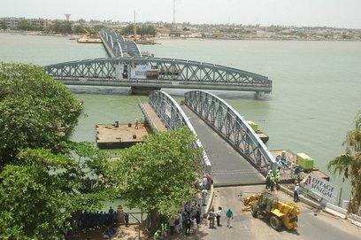 Pont Faidherbe- Pose avec succés de la septiéme et derniére travée: Eiffage à l'heure des finitions