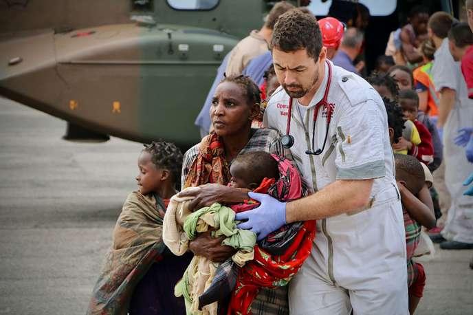 Des victimes mozambicaines du cyclone Idai, à leur arrivée à l'aéroport de Beira, au centre du pays, le 19 mars. ADRIEN BARBIER / AFP