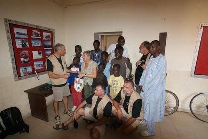 Remise de dons à Claude Hallegot, Responsable de La Liane: Maison d'accueil pour enfants de la rue