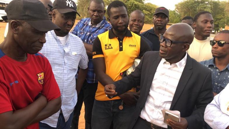 Khalil DIOP en visite sur le terrain affecté avec des membres du mouvement associatif