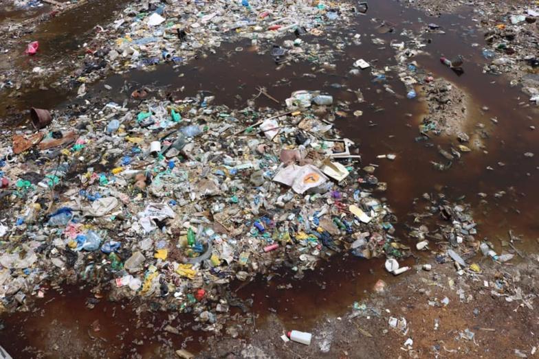 Tas de déchets mélangé à l'eau de pluie au quartier de Cité Niakh