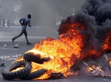 """[ AUDIO ] Les jeunes """" Y'en A Marristes """" bloquent la circulation au niveau de la Place de l'obélisque, scandant leur slogan : """" Abdoulaye Faux pas Forcer ! """""""