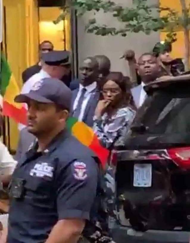 Manif De Sénégalais À New York : Marème FAYE SALL En Mode « Diakhlé » (Photos)