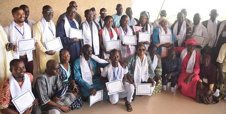 Photo de famille des 22 participants avec le recteur de l'UGB, Ousmane THIARÉ