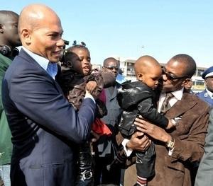En Conférence de Presse à Paris, Madické et Karim annoncent à  la presse française que « tous les sondages au Sénégal donnent clairement Wade vainqueur avec plus de 53% »