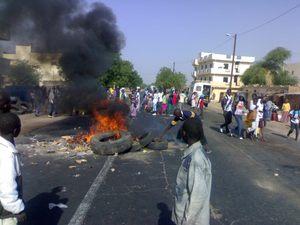  PHOTOS  Les élèves du CEM de Mpal ont boudé les classes et bloqué la route nationale, ce matin