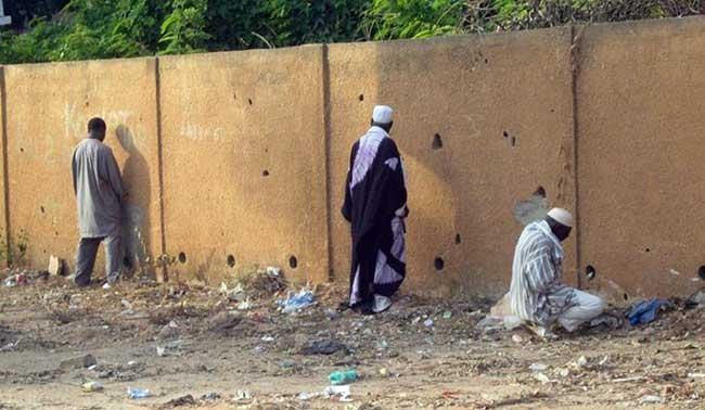 Macky s'attaque aux marchands ambulants et les personnes qui urinent dans les rues