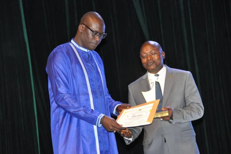 Cheikh Saad Bou SEYE reçoit son trophée des mains du ministre Oumar GUÈYE