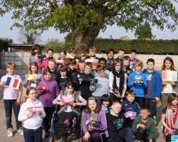 France: des enfants collectent des trousses pour les écoliers de Gandiol (Tassinère)