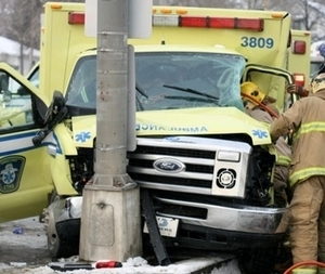 Accident de voiture:  A Ngallèle, une ambulance cogne un poteau électrique