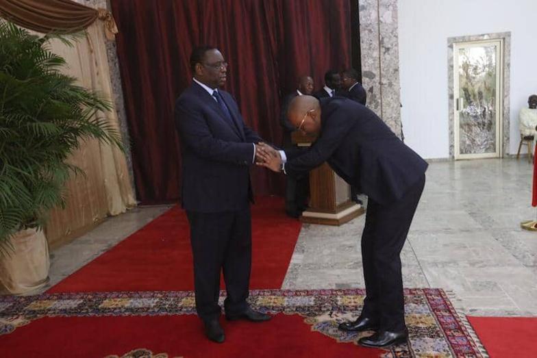 La révérence exagérée d'Oumar Sow, Ministre Conseiller envers Macky Sall secoue la toile