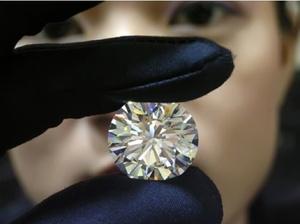Il avale un diamant, la police attend la sortie avec un seau