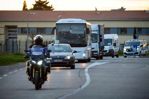 Un bus transportant des citoyens français rapatriés de Wuhan, en route vers Carry-le-Rouet (Bouches-du-Rhône) pour être placés en quarantaine, le 2 février 2020.