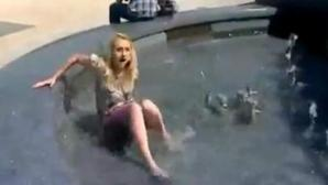 INSOLITE: Une journaliste tombe à l'eau en plein reportage