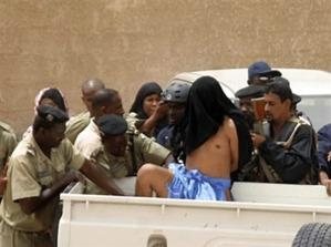 Le terroriste Marouf ould Haiba, visage cagoulé, lors de son arrestation à Nouakchott
