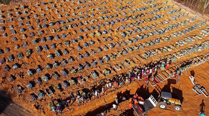 Un cimetière aménagé pour les victimes du coronavirus à Manaus, au Brésil, le 21 avril 2020 MICHAEL DANTAS AFP