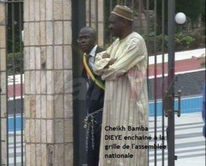 (Photos) Lorsque Bamba Dièye s'enchaînait sur les grilles de l'Assemble, Momar Talla Kébé était bien là ! Regardez