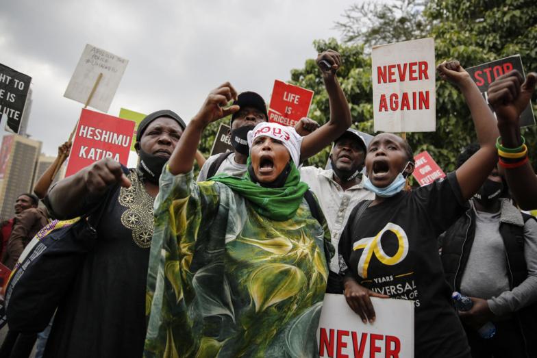 Manifestation devant l'ambassade américaine à Nairobi, au Kenya, le 9 juin 2020. — © Biran Inganga/AP Photo via Keystone