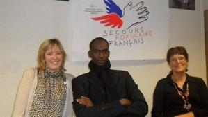 Abdoul N'Dongo est reçu par Marcelle Arrivé, la présidente (à droite) DL;et les bénévoles
