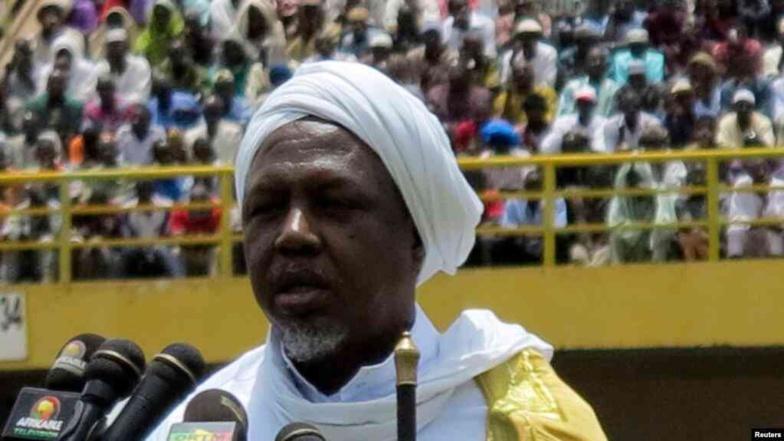 L'imam Mahmoud Dicko, un prédicateur connu pour son érudition coranique, le 12 août 2012 à Bamako. (Photo REUTERS/Adama Diarra)