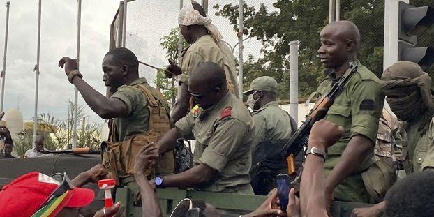 Des soldats maliens se dirigent vers la place de l'Indépendance à Bamako, ce mardi 18 août 2020. MALIK KONATE / AFP